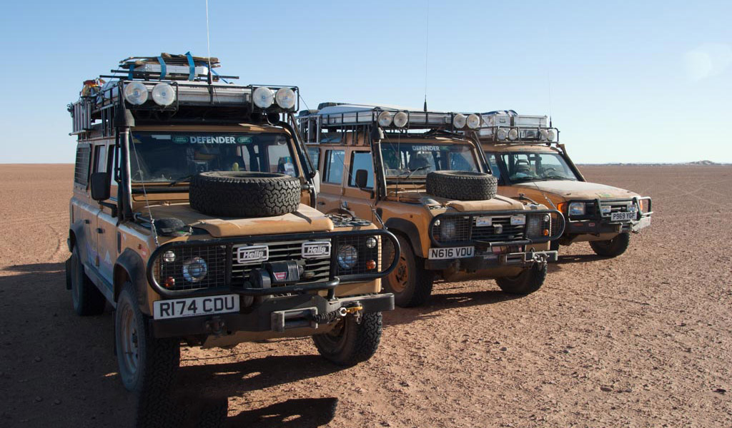 Camel Trophy Land Rover lineup in the Sahara
